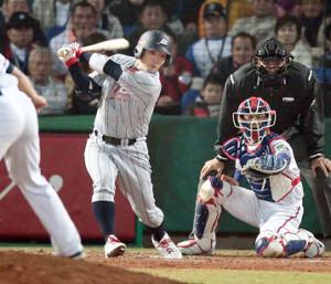 07年北京五輪予選、台湾戦の7回1死満塁で、左前2点適時打を放つ阿部(左)