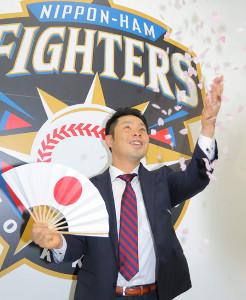 3年契約を結んだ近藤は日の丸の扇子を手に花吹雪を舞わせた