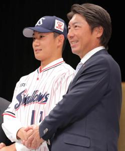高津監督と握手する奥川(左)