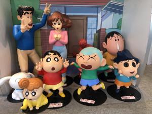 テレビ朝日1階に設置された「クレヨンしんちゃん」のキャラクター像。国民的アニメが今、2%台の低視聴率に苦しんでいる