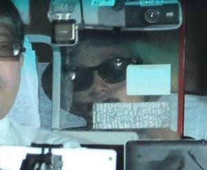 保釈され湾岸署をタクシーで出る国母和宏被告(右、カメラ・相川 和寛)