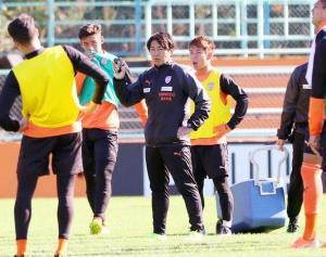 円陣の中心で選手に訓示する篠田監督(中央)