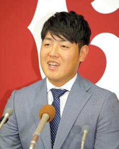 6000万円アップで初めて大台を突破した岡本和真は笑みを隠し切れず