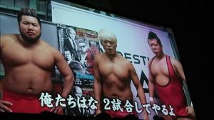 スクリーンでカード発表する(左から)北宮、拳王、稲村