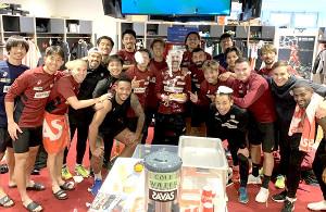 38歳の誕生日を迎えた神戸の元スペイン代表FWビジャ(中央)は選手やスタッフからクリームで祝福された(クラブ提供)