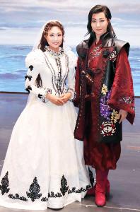 兵庫・宝塚大劇場での「エル ハポン」新人公演を終え、舞台上で会見した宙組の風色日向(右)と花宮沙羅