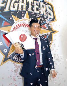 会見で日の丸のついた扇子を手に花吹雪を舞わせた日本ハム・近藤(カメラ・秦 雄太郎)