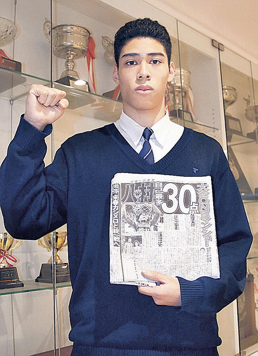 NBA八村の活躍を報じる本紙を手に法大での健闘を誓った杉沢