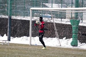 雪の舞う中、ボールを捕る札幌GK具聖潤