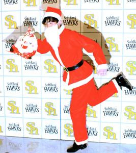 2000万円でサインした周東は、サンタの衣装でポーズを決めた(カメラ・戸田 和彦)