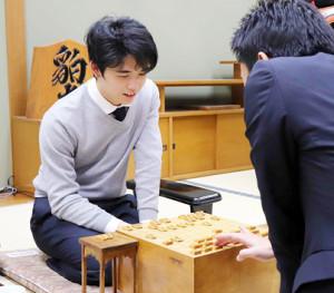 船江恒平六段(右)との対局を終え、感想戦を行う藤井聡太七段