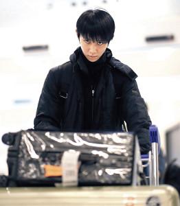 GPファイナル出場のため、トリノの空港に到着した羽生(カメラ・矢口 亨)