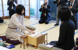 里見香奈女流王座に挑む西山朋佳女流2冠(左)