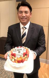 45歳の誕生日を迎えたロッテ・井口監督はケーキで祝福され笑顔(カメラ・長井 毅)