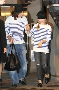 手をつないで結婚披露パーティー会場をあとにする神田沙也加(右)と村田充(2017年5月13日撮影)