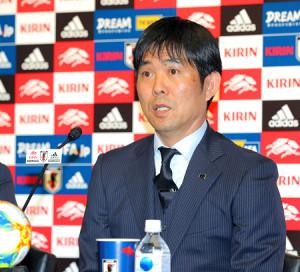 日本代表メンバーを発表する森保一監督