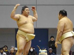 冬巡業人吉場所で鶴竜(右)の胸を借りる正代