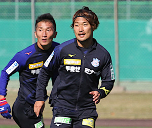 J2の11月度MVPに輝いた甲府・曽根田(右)