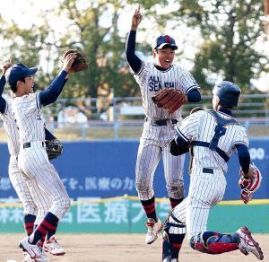 優勝を決め、ナンバーワンのポーズで喜ぶ新名(右から2人目)ら大阪泉州ナイン