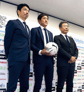 鈴木元監督(中)の就任会見に同席した小野社長(右)と服部強化本部長