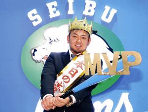 1億2000万円増の年俸2億円でサインした森は、王冠をかぶりポーズを決めた(カメラ・頓所美代子)