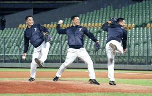 台湾のウィンターリーグで始球式に臨んだ阿部2軍監督(連続合成写真=カメラ・尾形 圭亮)