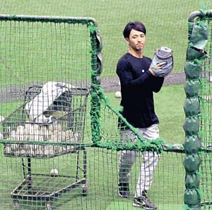 打撃投手を務めた松本コーチ