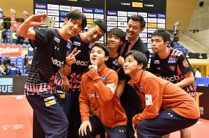首位に浮上し、自撮りで記念撮影する琉球アスティーダの選手たち(Tリーグ提供)