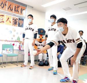 神奈川県伊勢原市の東海大病院を訪問し、入院中の子どもたちと交流する(右から)菅野、大城、中川(球団提供)