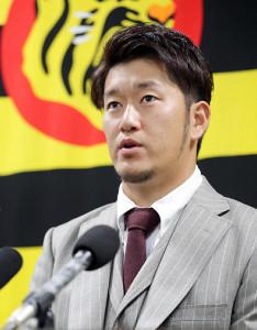 契約を更改し、会見する阪神・岩貞