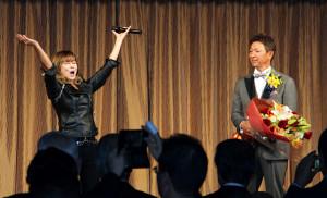 名古屋市内のホテルで行われた「殿堂入りを祝う会」で熱唱する中村あゆみ(左)と立浪氏