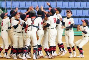 大会初優勝を飾った大阪八尾ナインはNO1のポーズで歓喜の輪を作った