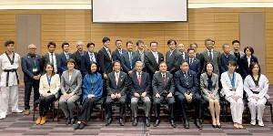 新生テコンドーを応援する会の設立総会に参加した川淵三郎氏(前列左から5番目)ら