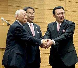 新会長に推薦された木村興治氏(左)、境田正樹弁護士(中央)、金原昇氏(右)