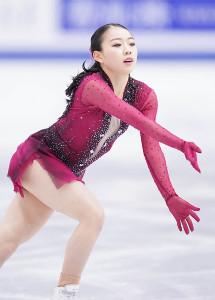 女子SPで演技する紀平梨花