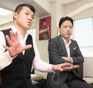 亀田興毅氏(左)と協栄ジム・金平桂一郎会長