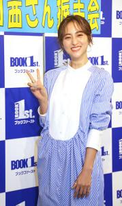 カレンダーの発売イベントを行った堀田茜