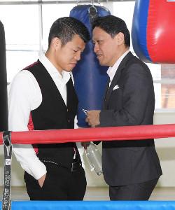 亀田興毅氏(左)と協栄ジムの金平桂一郎会長