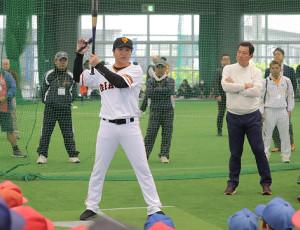 打撃指導をする(左から)高橋由伸氏と原辰徳監督