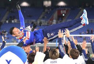 今季限りで引退する横浜M・栗原勇蔵は、チームメートに胴上げされる