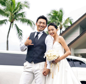 米ハワイ州で結婚式を挙げた広島・鈴木と畠山愛理(スポーツバックス提供)