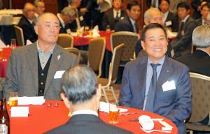 同じテーブルに座って歓談する張本勲氏(左)と原監督