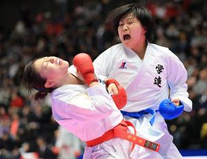 女子組手2回戦で植草歩(左)を激しく攻める澤江優月(カメラ・軍司 敦史)