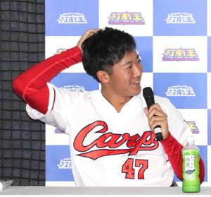 トークショーで頭をかきながら談笑する広島・山口翔