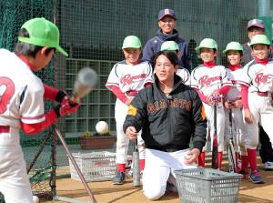 小学校で野球教室を行った小林誠司