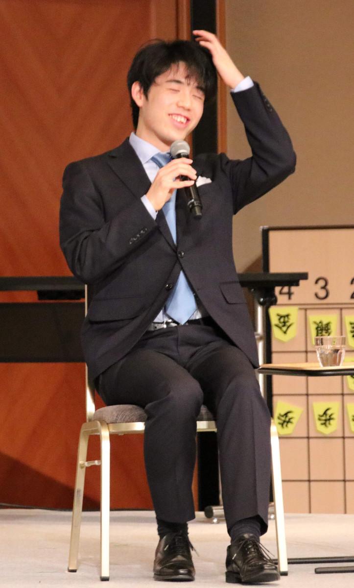 スピッツ名曲ベスト3を問われ、長考に入る藤井聡太七段