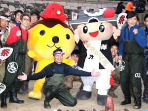 岸和田城のお堀を掃除したロンドンブーツ1号2号の田村淳(前列左から2人目)とココリコ・田中直樹(右)