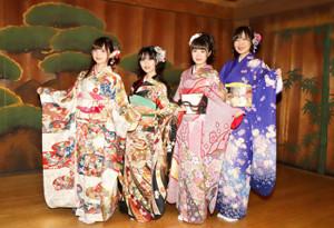 着物姿で笑顔を見せる(左から)田中美海、奥野香耶、高橋麻里、上田瞳