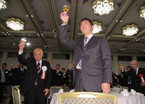 引退パーティーで乾杯する上原浩治氏(中央)