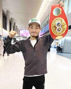 成田空港に凱旋帰国した岩佐はベルトを手に歓喜のガッツポーズ